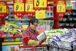 就地过年,年货市场年味咋样?——新华社记者为你打前站