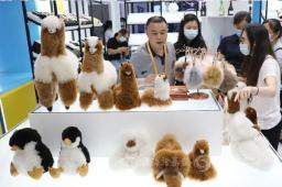 来自深圳英乔实业的羊驼毛绒玩具深受市民喜爱